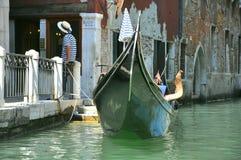 平底船的船夫意大利威尼斯 免版税库存照片