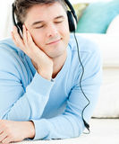 наушники ослабленным нот человека слушают к детенышам Стоковая Фотография