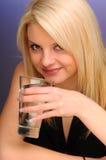 白肤金发的女孩玻璃水 免版税库存图片