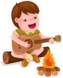 男孩野营的吉他使用 免版税库存图片