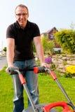 косить человека лужайки Стоковое Изображение RF