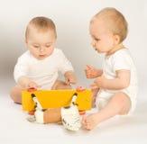 μικρά παιδιά λικνίσματος αλόγων Στοκ φωτογραφία με δικαίωμα ελεύθερης χρήσης