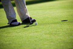 打高尔夫球 免版税库存图片