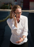 изумленный сотрястенный сотовый телефон говорит женщине Стоковая Фотография RF