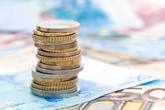 欧洲钞票的硬币 免版税图库摄影