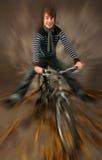 青少年自行车的山 库存照片