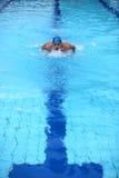 голубое заплывание пловца бассеина Стоковые Фотографии RF