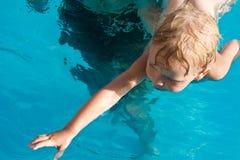 πρώτη κολύμβηση μαθημάτων Στοκ εικόνα με δικαίωμα ελεύθερης χρήσης