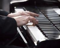 钢琴演奏家钢琴使用 免版税图库摄影