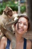 女孩猴子 免版税库存图片