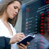 检查货币年轻人的女实业家 免版税库存照片