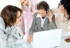 女实业家互联网笑 免版税库存照片