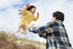 海滩女儿一起有父亲的乐趣 免版税库存图片
