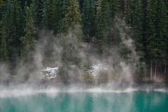 湖薄雾山上升 库存图片