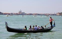 长平底船平底船的船夫游人威尼斯 库存照片
