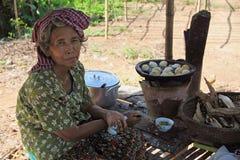 小圆面包柬埔寨出售的妇女 库存照片