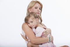 美丽的女儿她拥抱的母亲年轻人 免版税库存照片