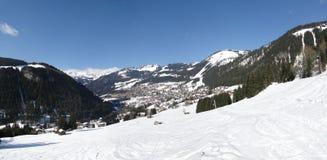 高山瑞士山中的牧人小屋村庄 库存图片