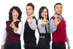 Бизнесмены собирают показывать одобренный знак Стоковое фото RF