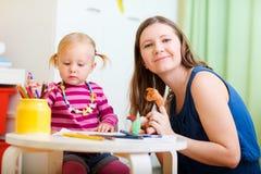 一起使用女儿的母亲 免版税库存照片