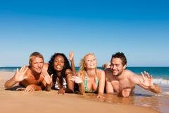 运行假期的海滩朋友 免版税库存照片