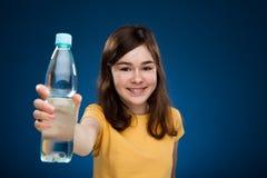 вода удерживания девушки бутылки Стоковое фото RF
