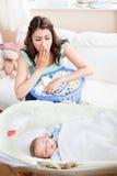 婴孩她的看到休眠的母亲惊奇 免版税图库摄影