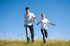 户外运行年轻人的夫妇 免版税库存照片
