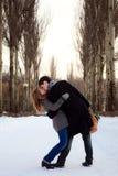 亲吻白杨树的胡同夫妇 免版税库存照片
