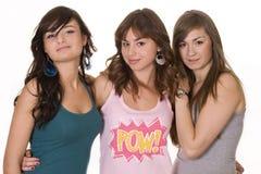 微笑女性的朋友三个年轻人 免版税库存照片