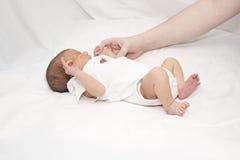 镇定的挑剔婴儿母亲 免版税库存照片