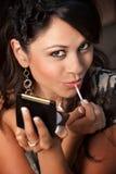 прикладывать компактную женщину губы лоска Стоковое Изображение