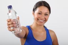 美丽的瓶新被拿着的微笑的水的妇女 图库摄影