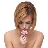 花亲吻的纵向妇女年轻人 图库摄影