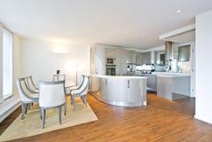 超有饭厅的现代设计员厨房 免版税库存照片