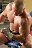 делать поднятие тяжестей человека гимнастики мышечное Стоковое Фото