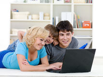 系列愉快的家庭膝上型计算机 免版税库存照片