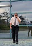 мобильный телефон бизнесмена используя Стоковое Изображение RF