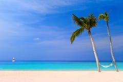 热带海滩的吊床 免版税库存图片