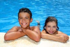男孩女孩少许池暑假 免版税库存照片