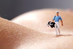 身体判断高尔夫球赤裸使用的妇女 图库摄影