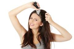 волосы вырезывания ее длинние детеныши женщины Стоковая Фотография