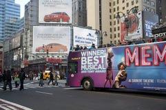 驱动曼哈顿中间地区浏览的公共汽车 免版税库存图片