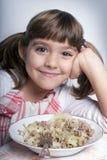 享用女孩她的午餐 免版税图库摄影