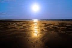 海滩金黄被反射的阳光 免版税库存照片