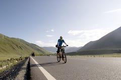 年轻人乘坐自行车 免版税库存图片
