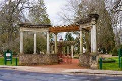 曲拱植物的项庭院 免版税图库摄影