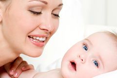新出生婴孩逗人喜爱的愉快的母亲 库存照片