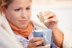 Νέα γυναίκα που έχει το τσάι κατανάλωσης γρίπης που αισθάνεται κακό Στοκ Εικόνες