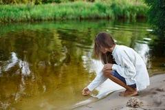 όμορφη χτίζοντας γυναίκα άμ& Στοκ Φωτογραφία